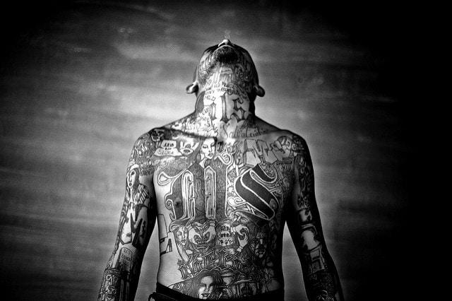 Un preso de la Mara Salvatrucha muestra sus tatuajes. Foto: Moisen Saman / CC BY-NC-ND 2.0.