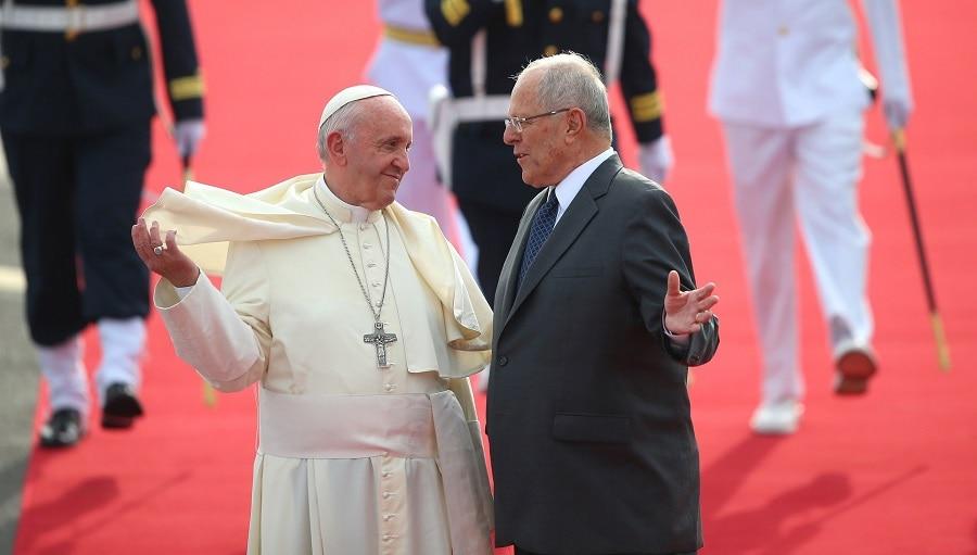 El Papa Francisco es recibido por el presidente Pedro Kuczynski a su llegada a Perú. Foto: Presidencia Perú.