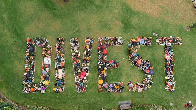 Activistas y voluntarioss de 350.org en un acto en Australia para pedir la retirada de inversiones en el sector de los combustibles fósiles. Foto: 350.org / CC BY-NC-SA 2.0.