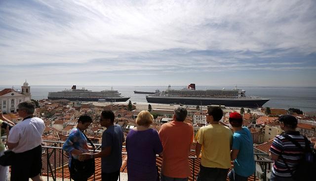 Pie de foto: Turistas en el barrio Alfama de Lisboa, Portugal. Foto: REUTERS/Rafael Marchante.