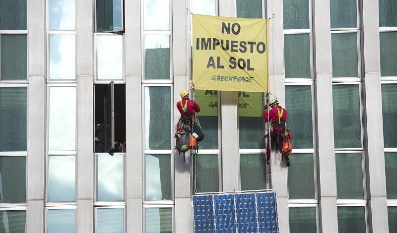 Escaladores de Greenpeace, colocan paneles solares en el Ministerio de Energía. Foto: Greenpeace / Mario López.