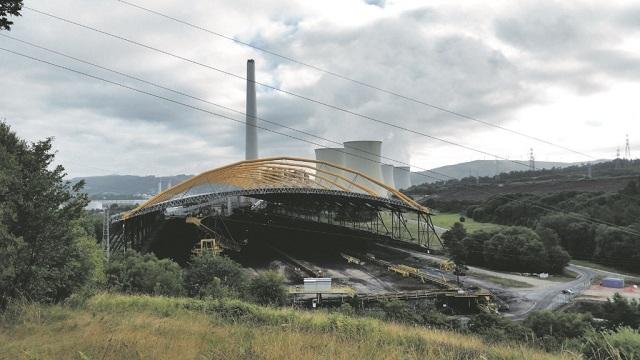 Zona de almacenamiento del carbón con la central térmica al fondo. Foto: Toni Martínez.