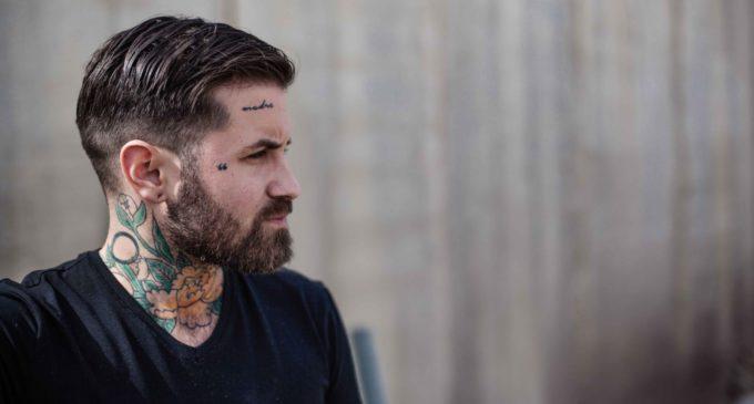 """Abel Azcona: """"Prefiero artistas en las cárceles que artistas callados en su estudio"""""""