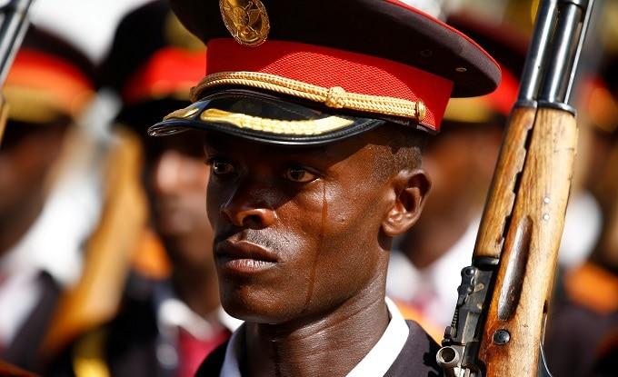 Un soldado del Ejército etíope llora durante un acto oficial. Foto: REUTERS/Tiksa Negeri.