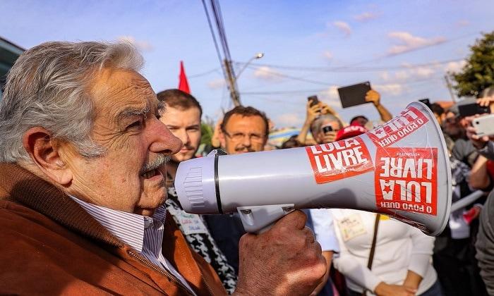 El senador José Mujica antes de entrar en la cárcel donde permanece recluido el ex presidente Lula. Foto: Ricardo Stuckert / Lula.com