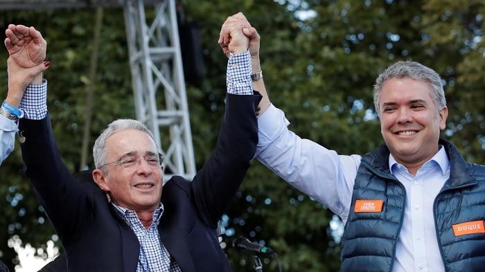 El ex presidente colombiano Álvaro Uribe junto a Iván Duque, presidente electo, durante un acto de fin de campaña en Bogotá. Foto: REUTERS/Henry Romero.