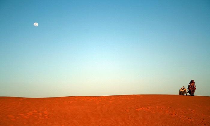 Saharauis sobre una duna a las afueras del campamento de refugiados de Dajla (Tindouf, Argelia). Foto: José Bautista.