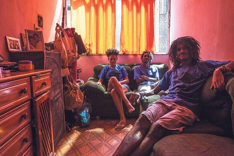 Mainara, Marvin y Diego en su casa del complejo de favelas de La Maré. ANTONELLO VENERI