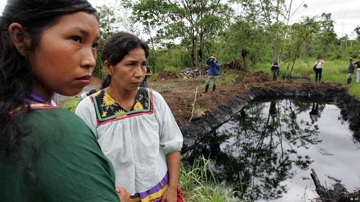 Indígenas de Lago Agrio junto a un lago con residuos petroleros de Chevron. Foto: Observatorio Latinoamericano de Conflictos Ambientales
