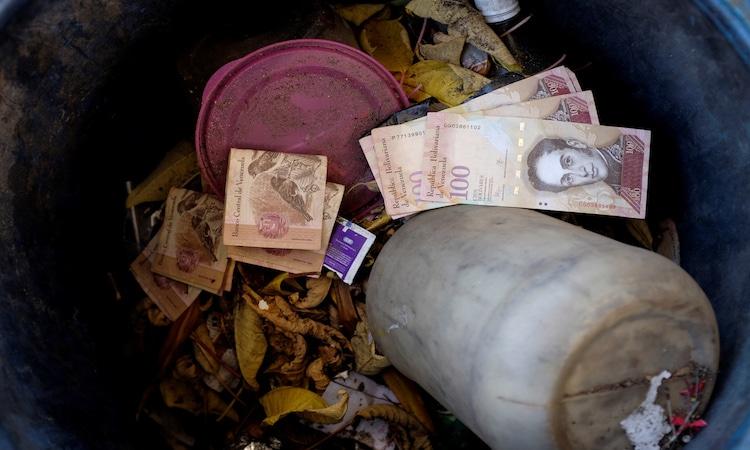 Billete de 100 bolívares arrojado a la basura en una gasolinera de Caracas. Foto: REUTERS/Marco Bello.
