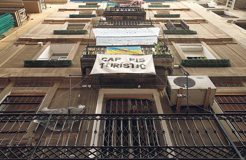 Cartel contra los pisos turísticos en Barcelona. REUTERS