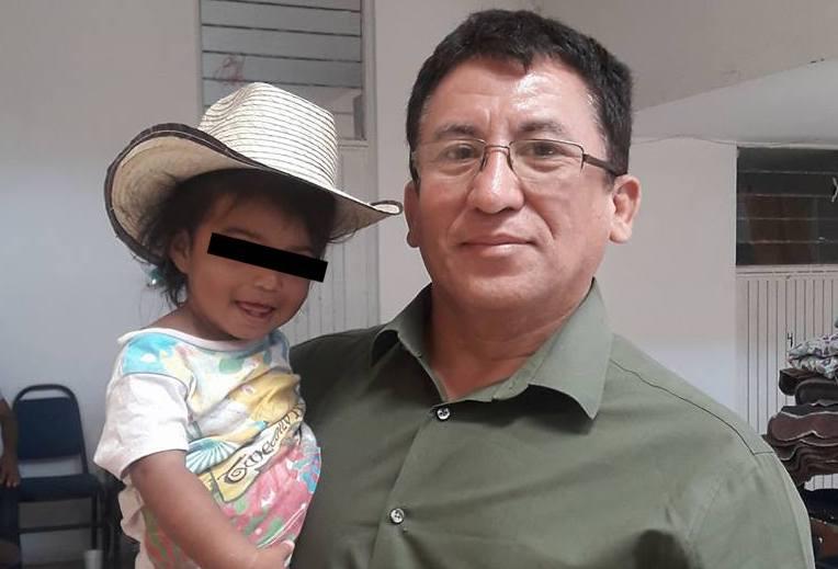 Bartolo Fuentes junto a una niña migrante de Honduras en abril de 2018.